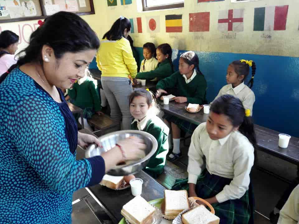 ネパールの子供たちの昼食時間の様子